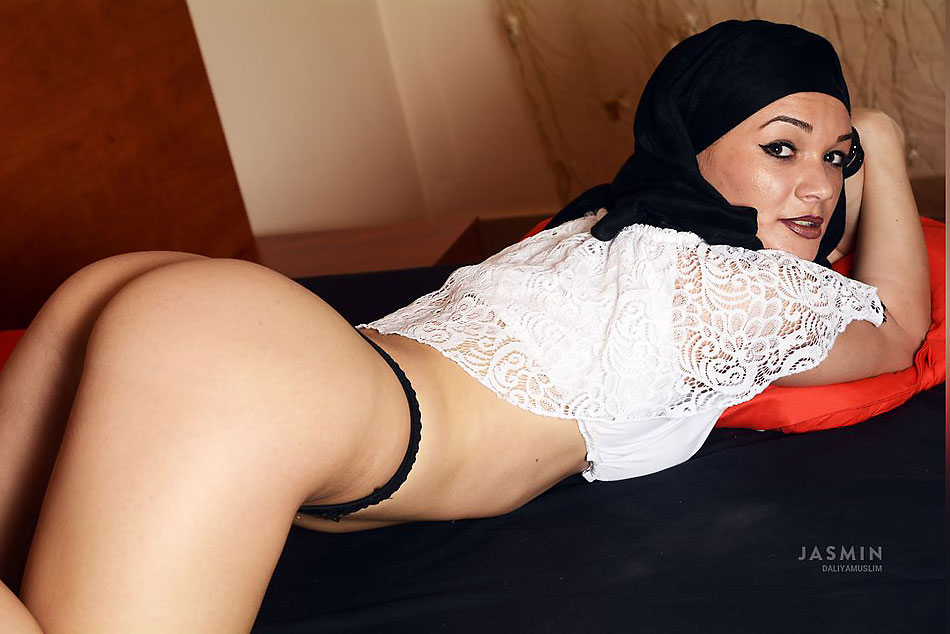 Busty Hijab Hottie DaliyaMuslim Gets Naughty