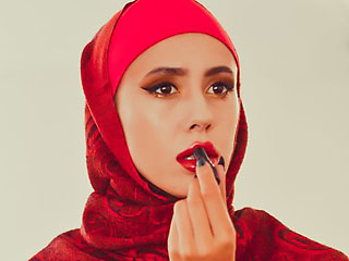 beautiful hijab girl dariyanazir applying lipstick